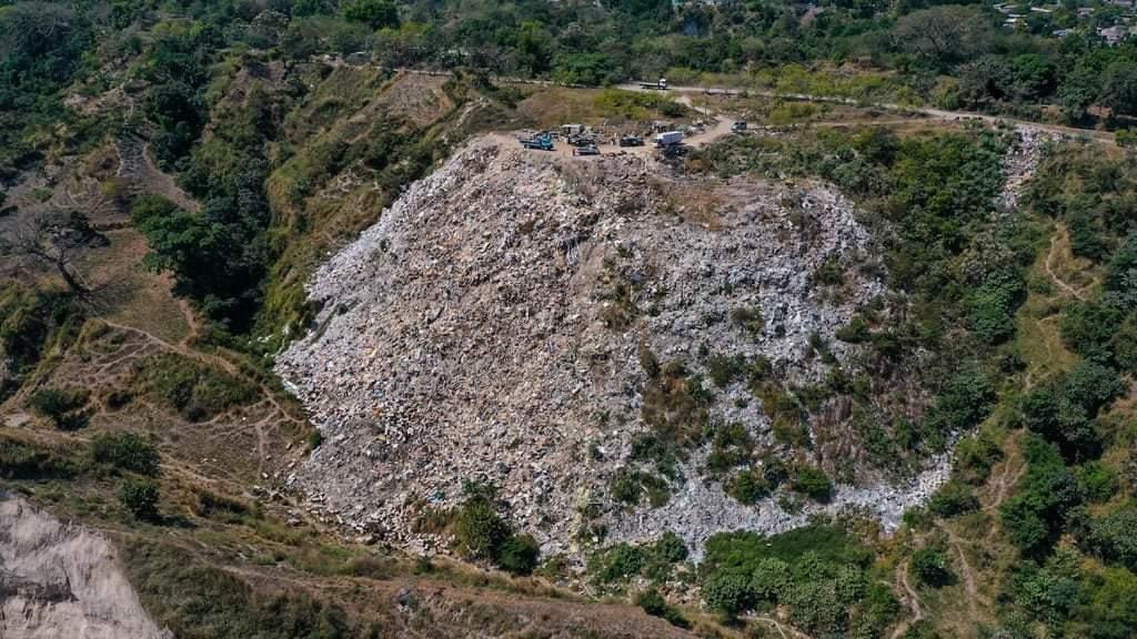Investigan botadero de basura a cielo abierto en Soyapango.