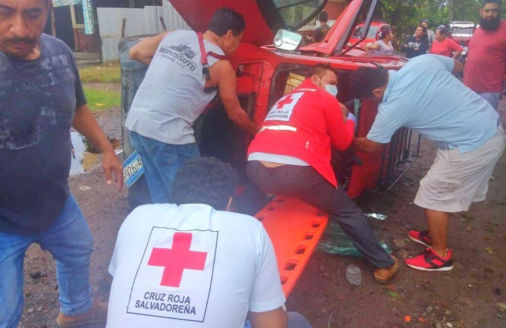Lesionados al volcar vehículo en Aguilares.