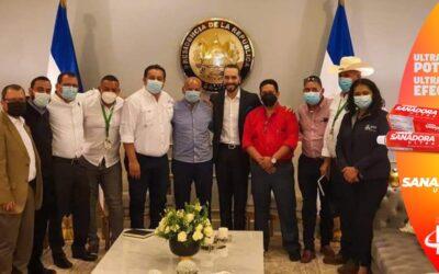 Buscan inhabilitar alcaldes hondureños que pidieron vacunas a Nayib Bukele.